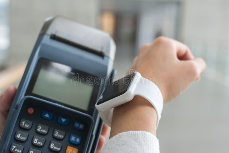 Het gebruiken smartwatch royalty-vrije stock afbeelding