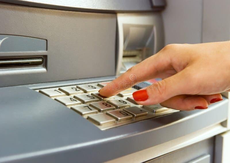 Het gebruiken van bank ATM stock fotografie