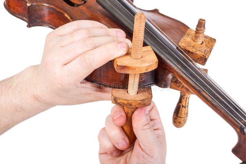 Het gebruiken van de houten klemmen stock afbeeldingen