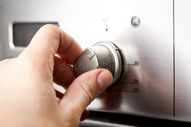 Het gebruiken van de Oven stock foto's