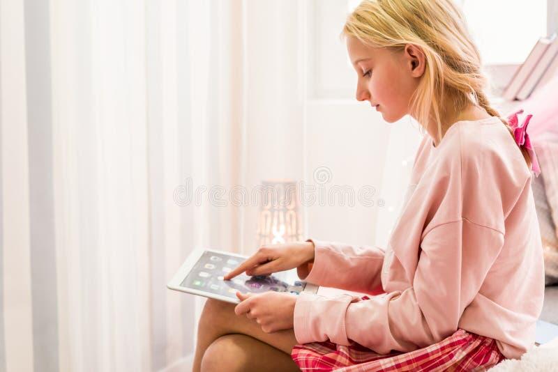 Het gebruiken van de tablet royalty-vrije stock foto