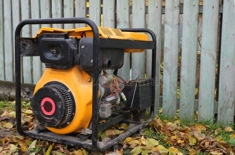 Het gebruiken van een generator op de straat voedingproblemen en hun oplossingen stock afbeeldingen