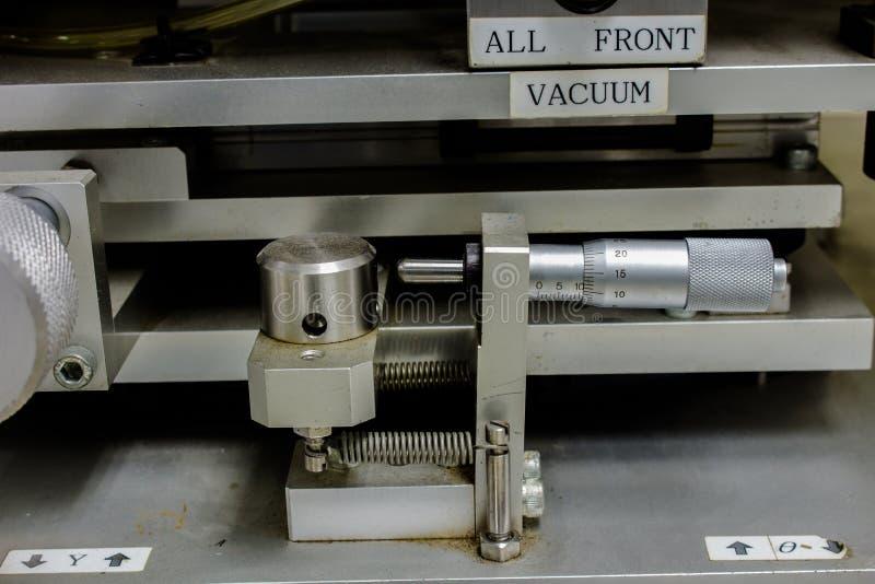 Het gebruiken van een Micrometer met machine, of het hoge resolutiewerk en opstelling op machine voor de elektronische industrie stock fotografie