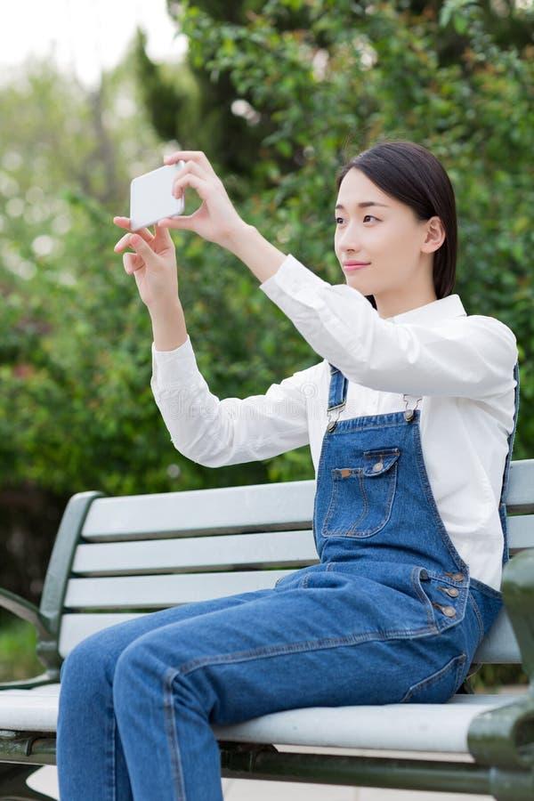 Het gebruiken van een mobiele telefooncamera stock fotografie