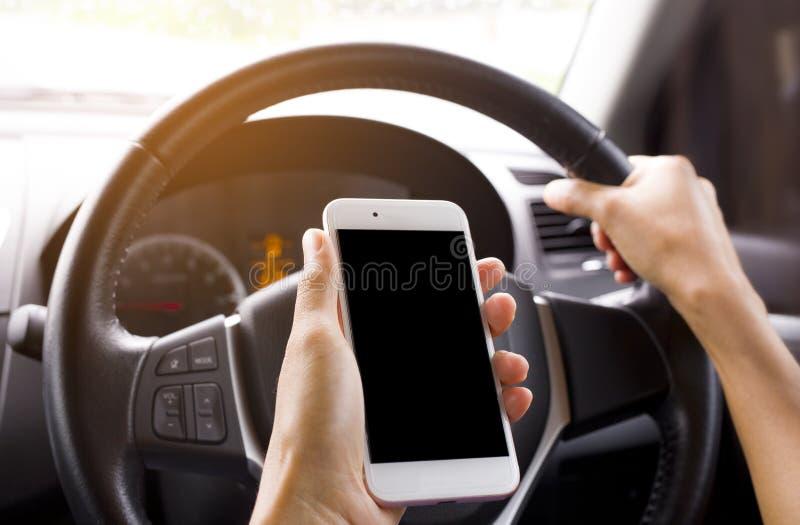 Het gebruiken van een slimme telefoon om het signaal in het autotelefoonsignaal te verbinden royalty-vrije stock afbeeldingen