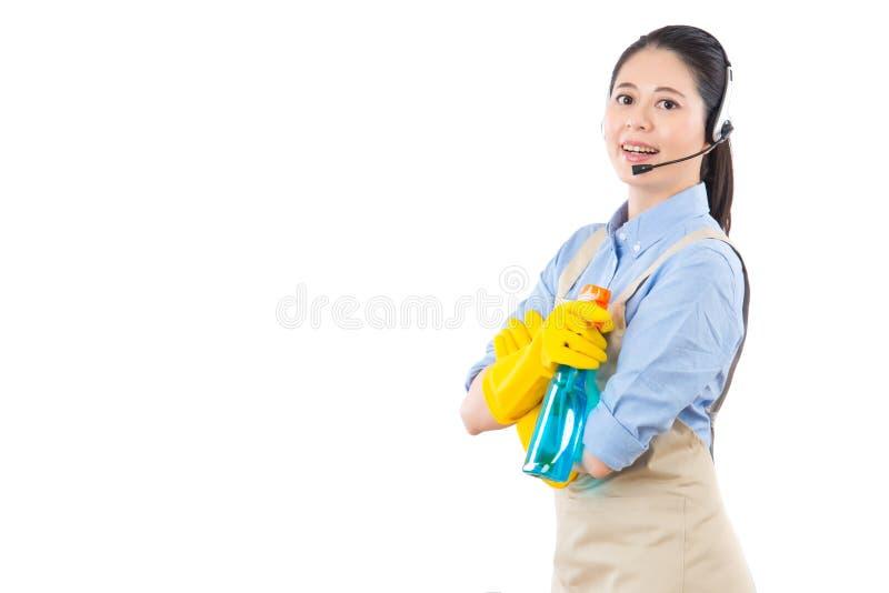 Het gebruiken van hoofdtelefoonmicrofoon voor de schoonmakende diensten royalty-vrije stock foto's