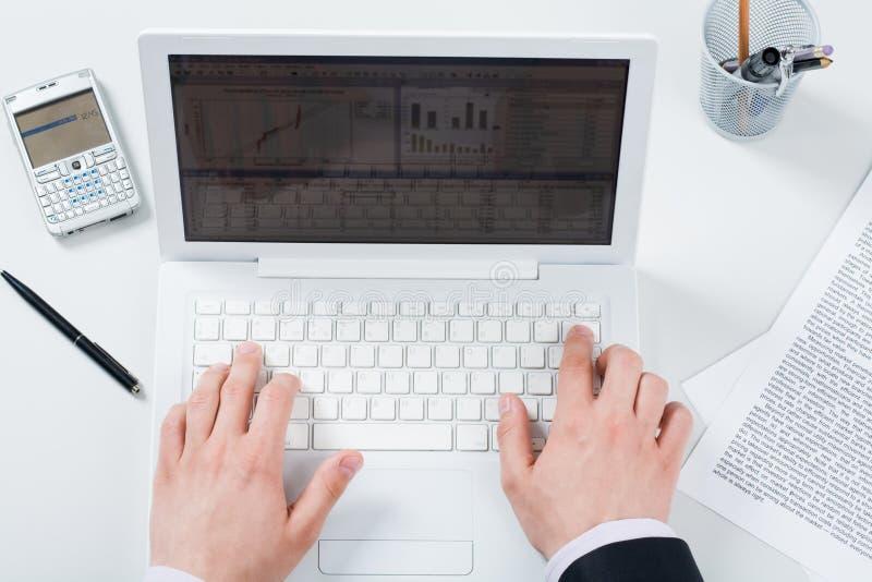Het gebruiken van laptop stock afbeeldingen