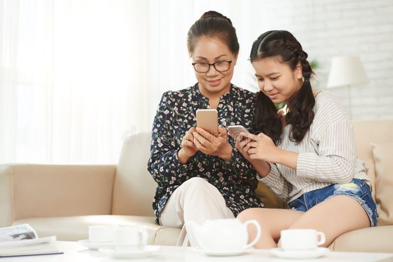 Het gebruiken van mobiele apps royalty-vrije stock foto