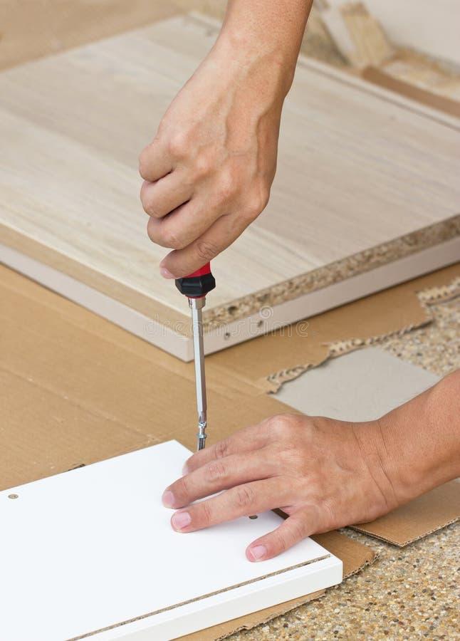 Het gebruiken van Schroevedraaier Assembling Wooden Furniture royalty-vrije stock afbeelding