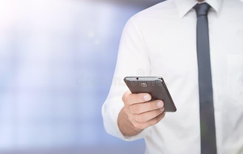 Het gebruiken van slimme telefoon stock afbeelding
