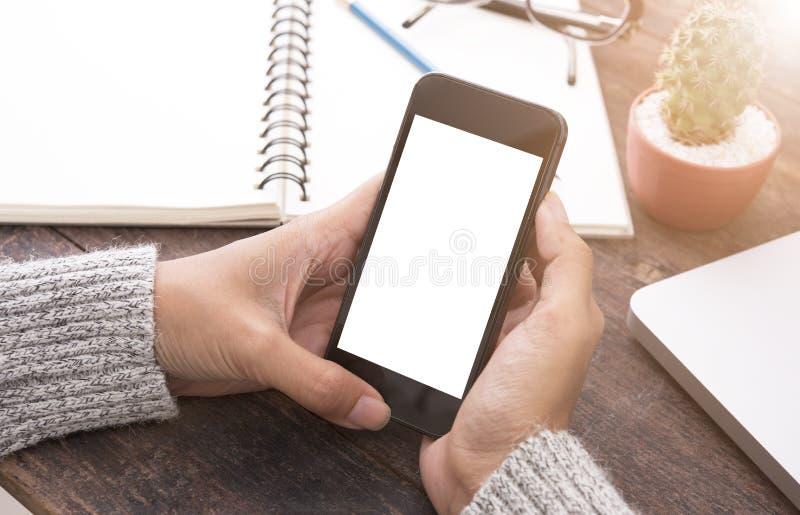 Het gebruiken van slimme telefoon die het lege witte scherm in vrouwenhand tonen stock afbeelding