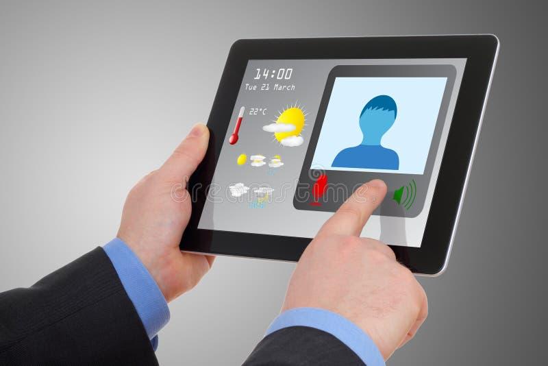 Het gebruiken van tablet aan videoconferentie royalty-vrije stock afbeelding