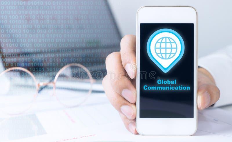 Het gebruiken van telefoon voor globale mededeling stock afbeelding