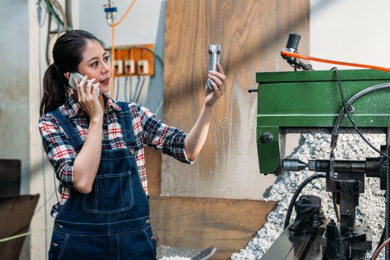 Het gebruiks het mobiele cellphone van de fabrieksvrouw roepen royalty-vrije stock fotografie