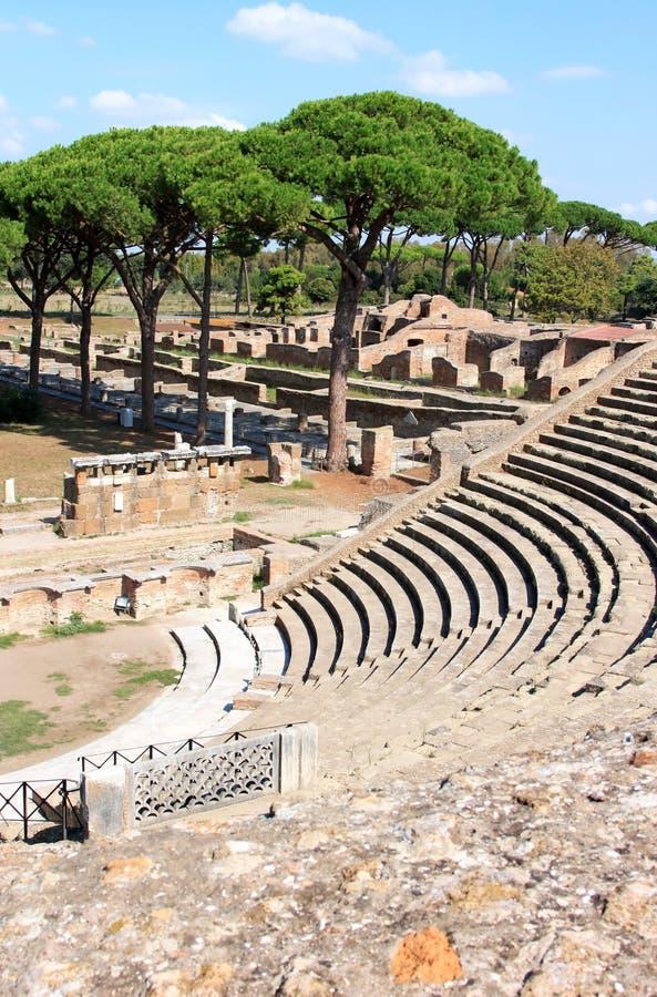 Ruïnes van de Brigade van Amfitheatre en van de Brand, Ostia Antica, Italië stock afbeeldingen