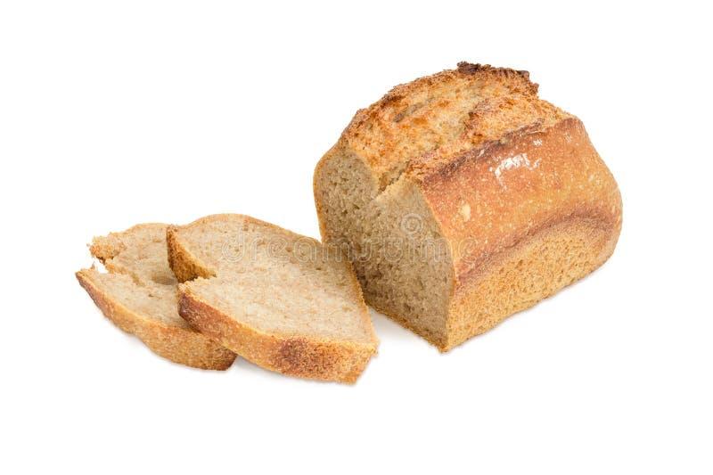 Het gedeeltelijk gesneden brood van de tarwezuurdesem op een witte achtergrond stock afbeelding