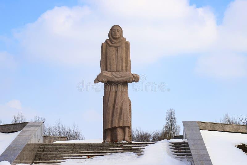 Het gedenkteken aan de slachtoffers van Holodomor, een blootvoetse vrouw houdt in haar wapens het dode kind royalty-vrije stock afbeelding