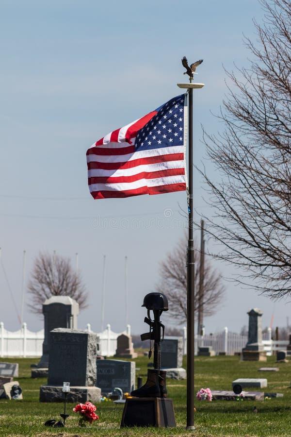 Het gedenkteken van de vlagpool in de begraafplaats stock fotografie