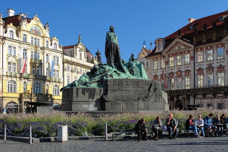 Het Gedenkteken van januari Hus op het Oude Vierkant van de Stad in Praag stock afbeelding