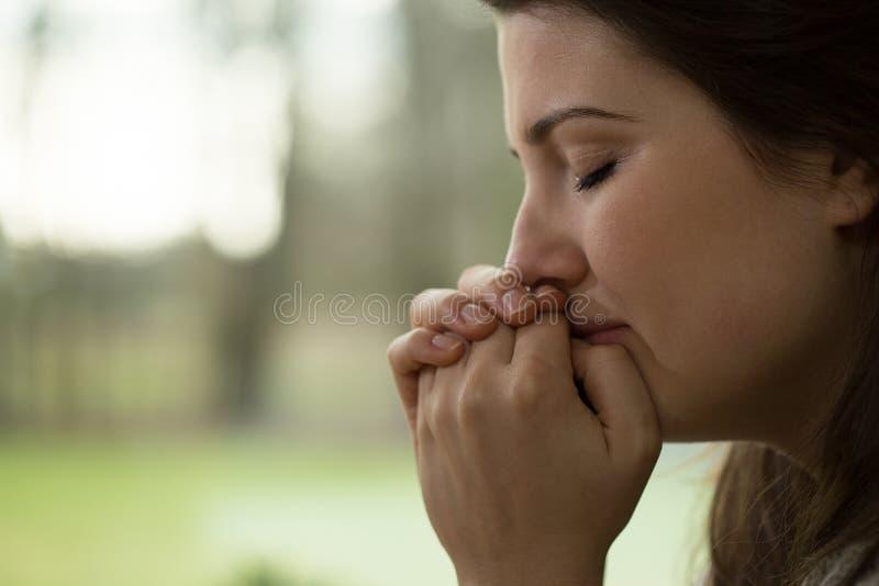 Het gedeprimeerde jonge vrouw schreeuwen royalty-vrije stock afbeelding