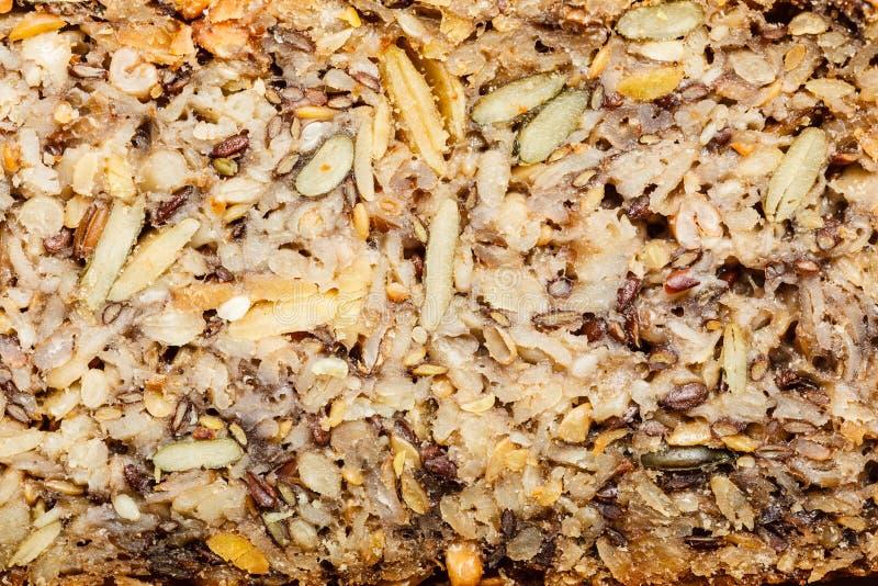 Het gedetailleerde brood van de close-up gehele korrel met vele korrels stock foto