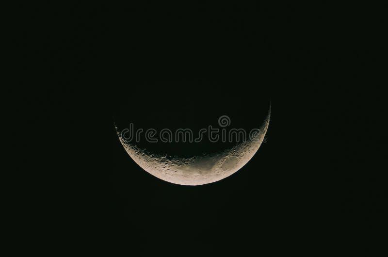 Het gedetailleerde maanbeeld, Halve Maanachtergrond, de Maan is een astronomisch lichaam dat aarde cirkelt stock afbeeldingen
