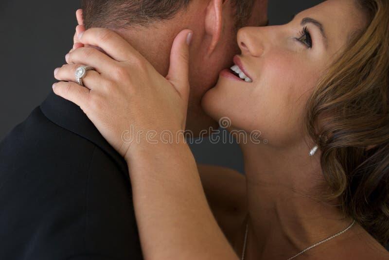 Het Gefluister van de bruid in het Oor van de Bruidegom stock fotografie