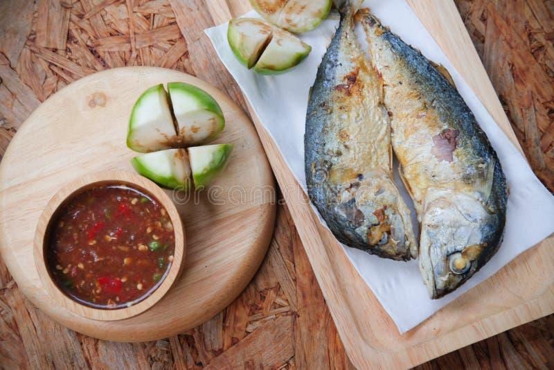 Het gefrituurde makreel onderdompelen met de kruidige saus van het garnalendeeg royalty-vrije stock afbeeldingen