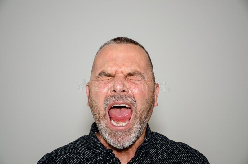 Het gefrustreerde boze mens schreeuwen op middelbare leeftijd royalty-vrije stock afbeeldingen
