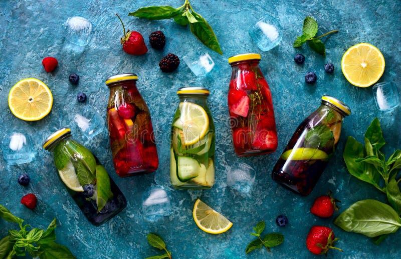 Het gegoten water in flessen, vlakte lag royalty-vrije stock afbeelding