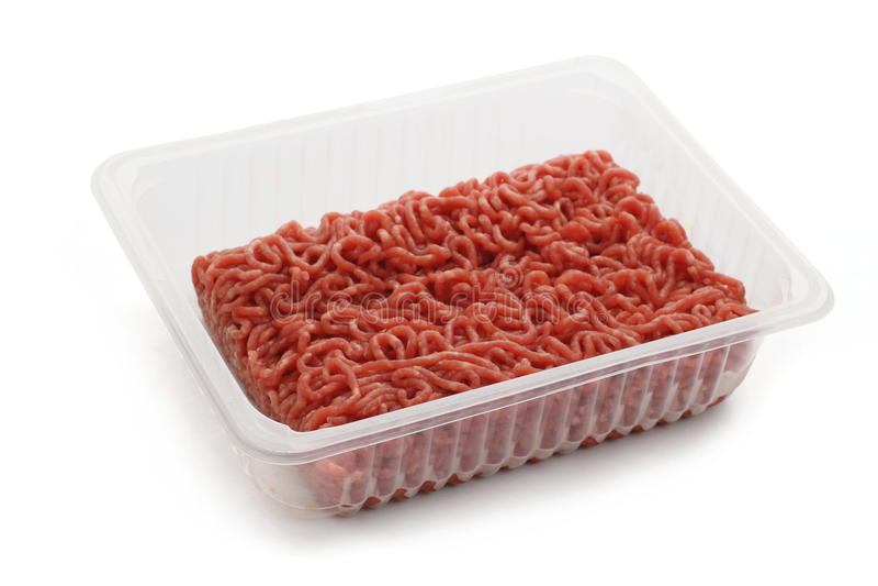 Het gehakt van het hooprundvlees in plastic kop stock fotografie