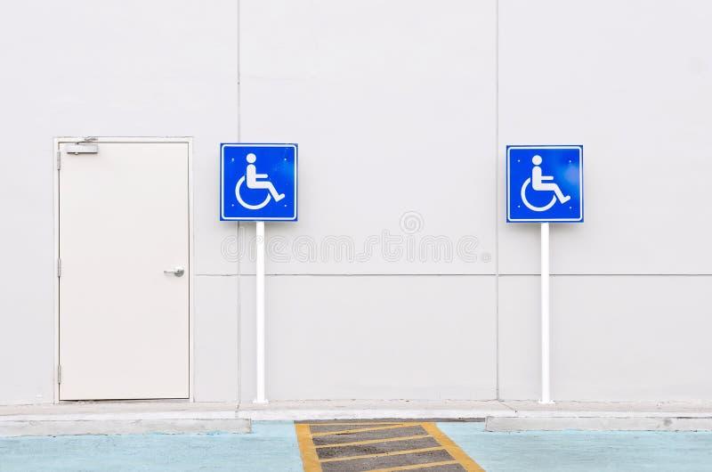 Het gehandicapte teken van het persoonsparkeren stock foto's