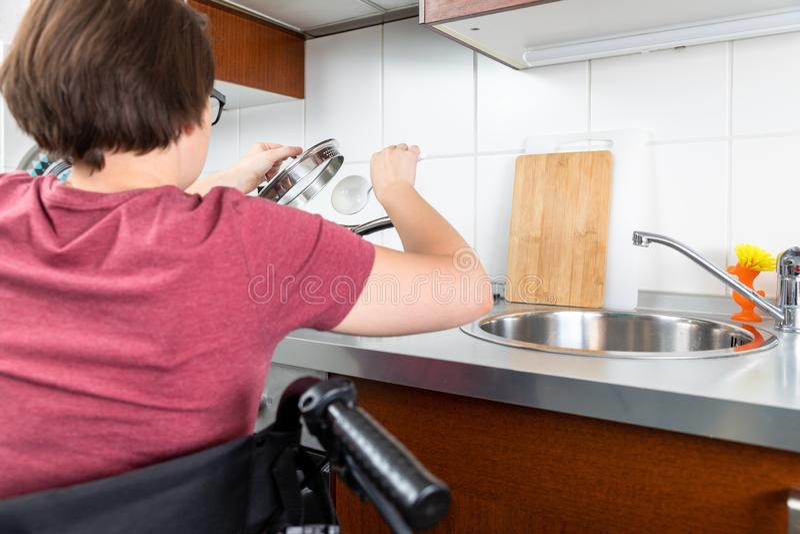 Het gehandicapte vrouw koken in de keuken royalty-vrije stock afbeeldingen
