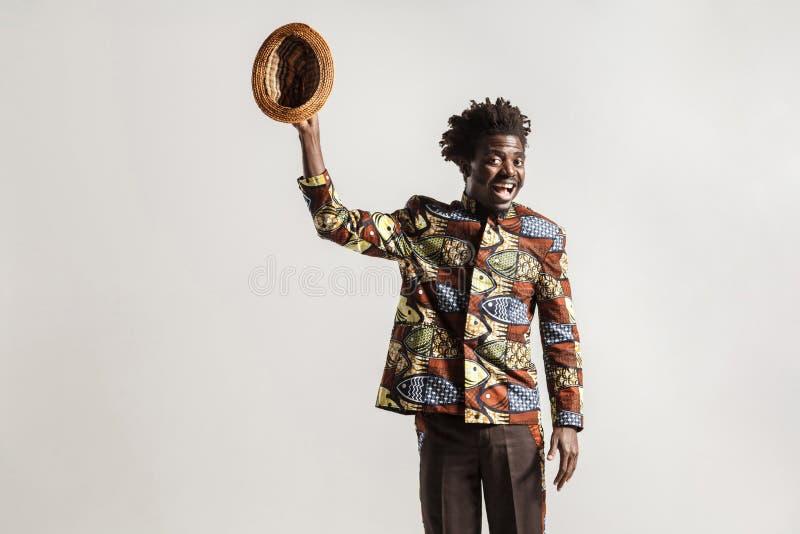 Het gekke en grappige Afrikaanse mens toothy glimlachen, die camera bekijken royalty-vrije stock foto's