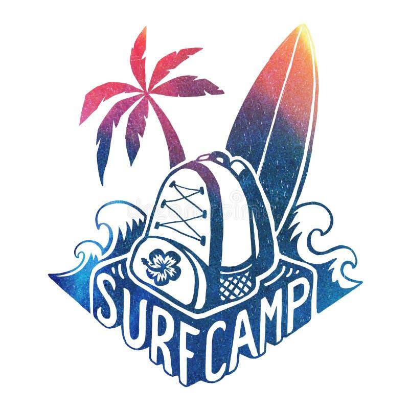 Het gekleurde vector het surfen malplaatje van het kampembleem met golven, brandingsraad, palm en rugzak bij hand het getrokken v stock illustratie