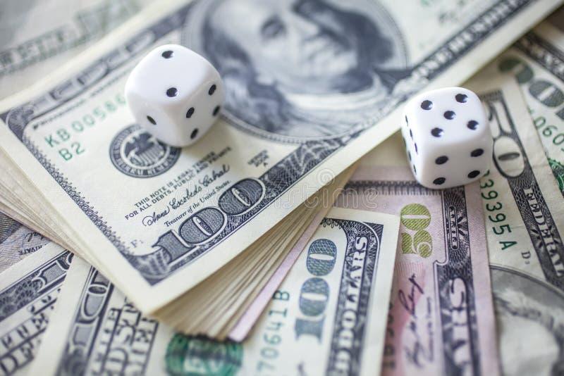 Het geld, dobbelt voor het gokken royalty-vrije stock afbeelding