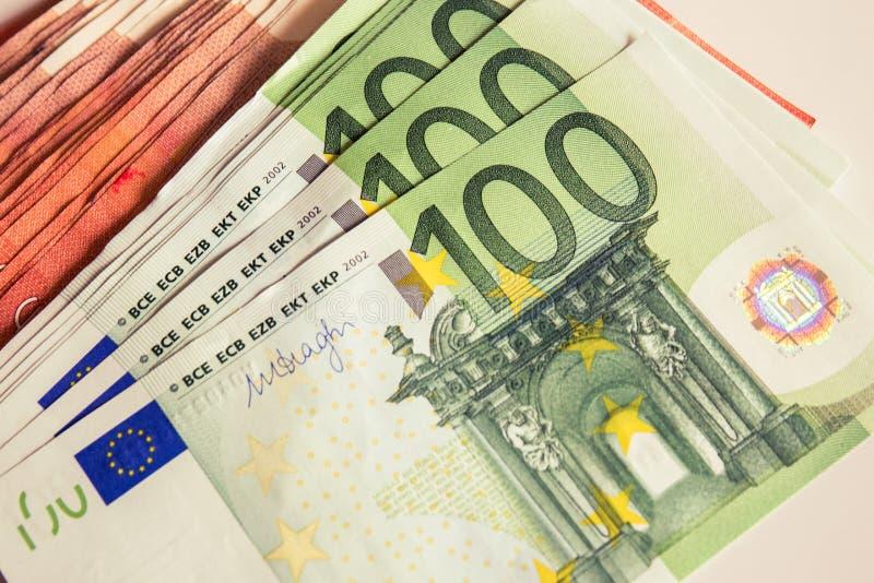 Het geld, euro, 100 euro, heel wat geld, maakt het leven beter, de munt van de bankuitwisseling royalty-vrije stock afbeelding