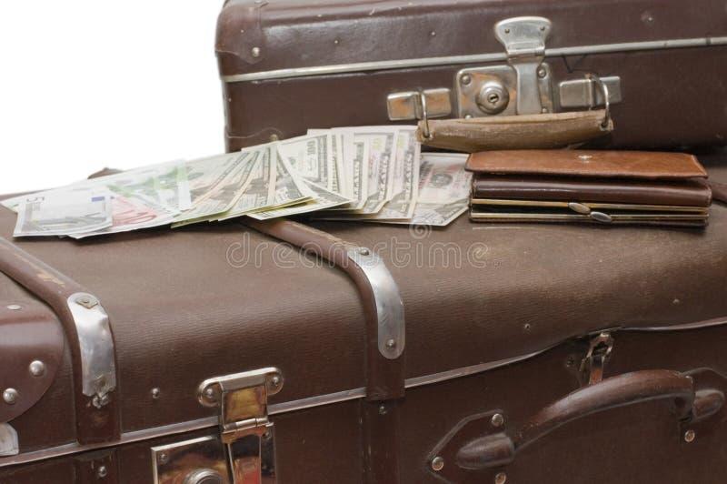 Het geld legt op een oude koffer stock fotografie