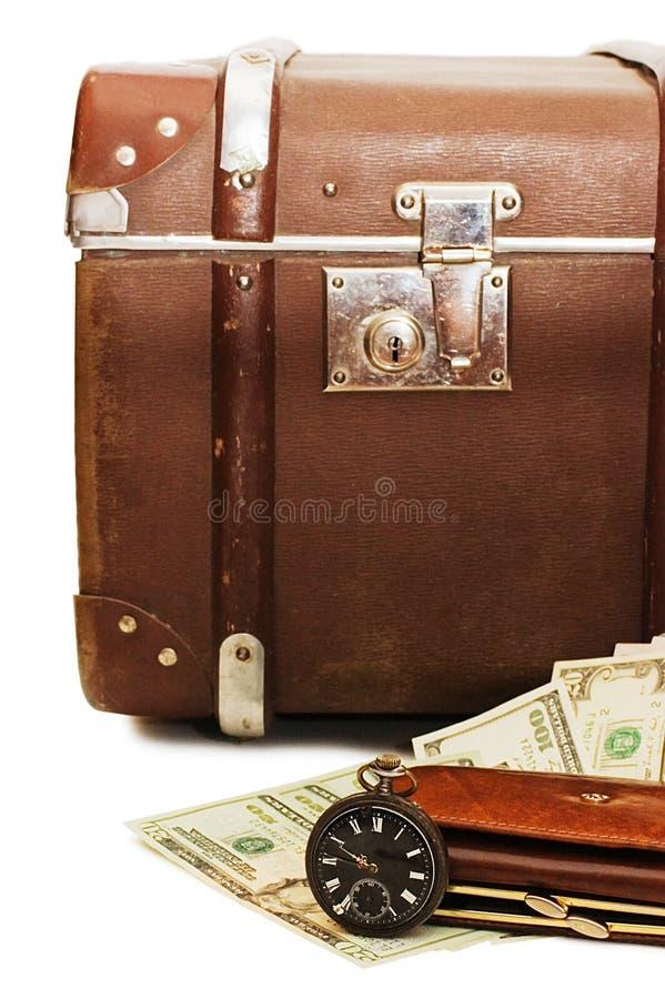 Het geld legt op een oude koffer royalty-vrije stock foto
