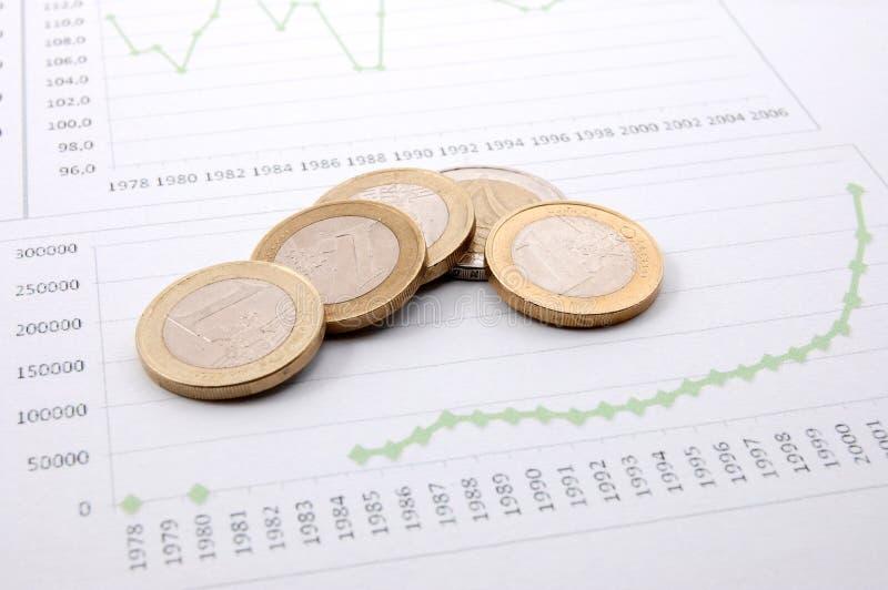 Het geld over bedrijfsgrafiek toont succes stock foto