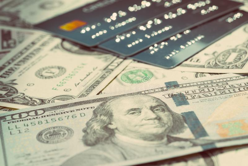 Het geld van Amerikaanse dollarbankbiljetten en Stapel van creditcards die als betaling van de consument, schuld of financieel be royalty-vrije stock fotografie