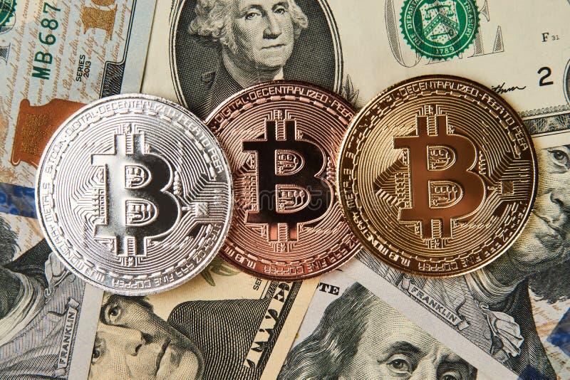 Het geld van Bitcoincryptocurrency op ons dollarsachtergrond royalty-vrije stock afbeelding