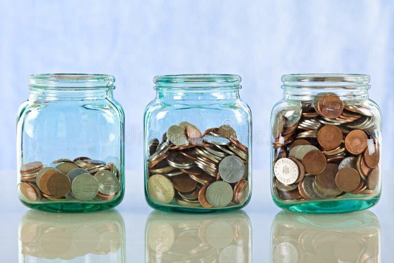 Het geld van de besparing in oude kruiken royalty-vrije stock foto's