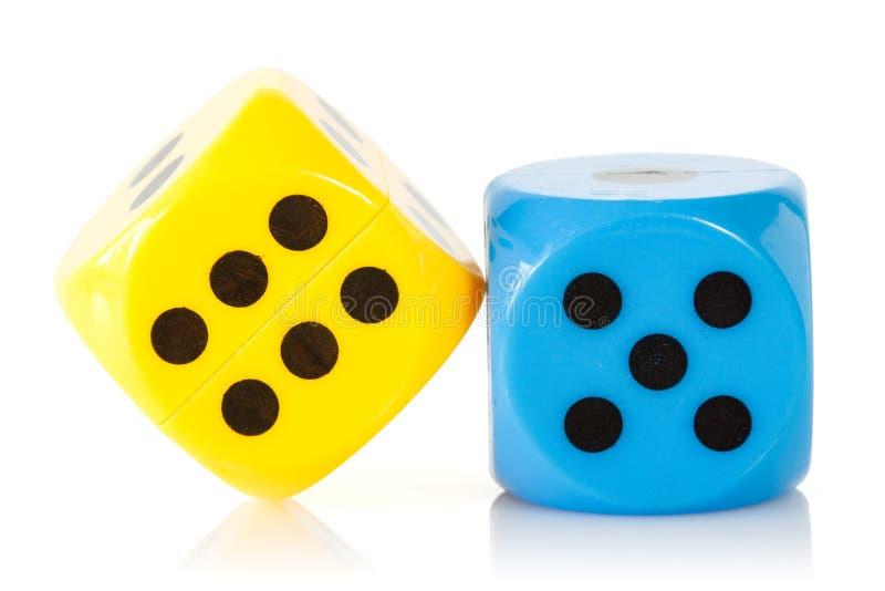Het gele en blauwe spel dobbelt stock foto