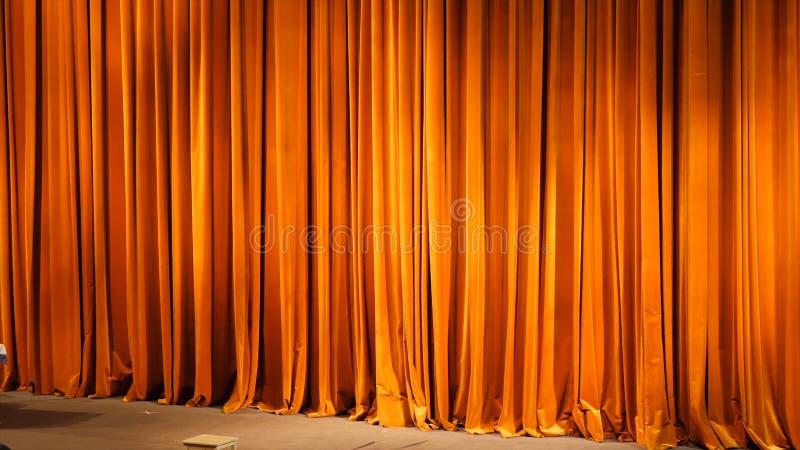 Het gele gordijn Theatrale scènes met licht van de schijnwerpers in de gesloten positie stock afbeelding