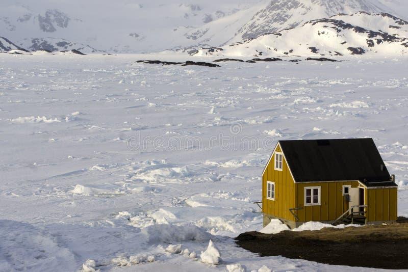 Het gele huis op de ijsijsschol stock foto's