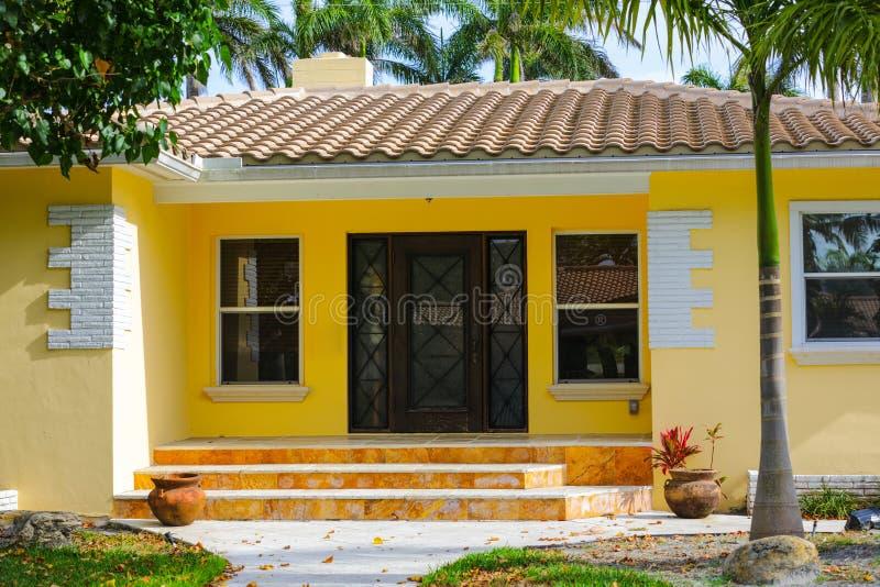 Het gele huis van Florida met ingangsstappen stock fotografie