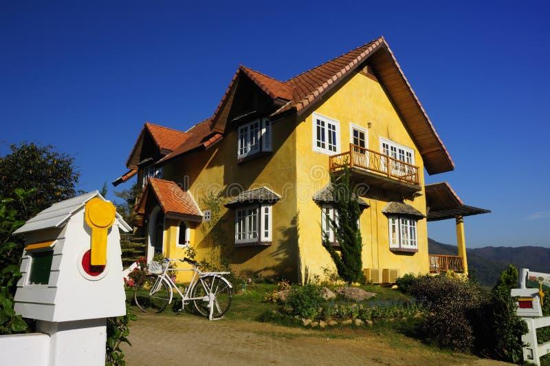 Het Gele Huis wordt gevestigd op een heuvel stock afbeeldingen