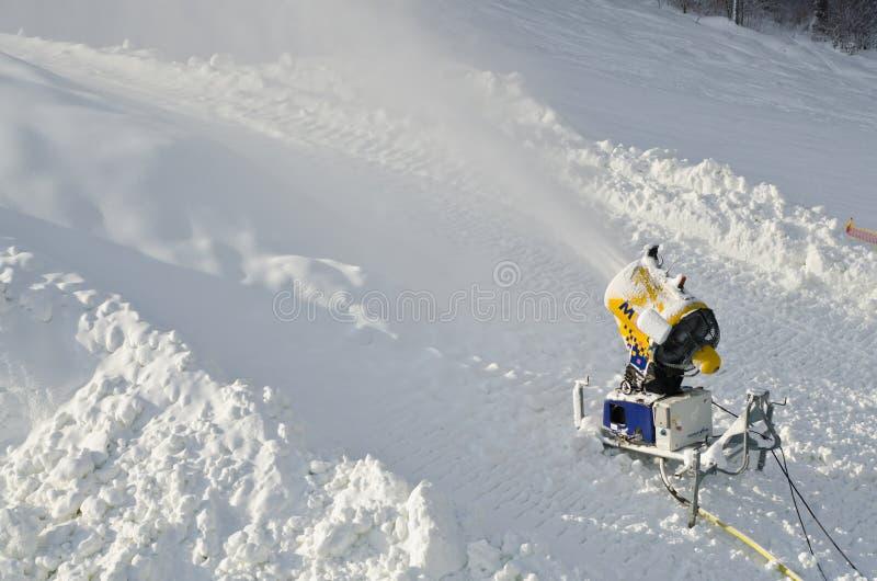 Het gele kanon van de de machinesneeuw van de sneeuwmaker, sneeuwkanon bij skihellingen neemt - standaardmateriaalapparaat om te  stock afbeeldingen