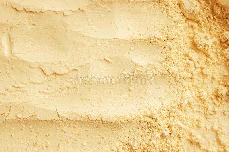 Het gele masker van de poeder droge klei Kosmetische textuur voor gezicht en lichaam stock afbeelding